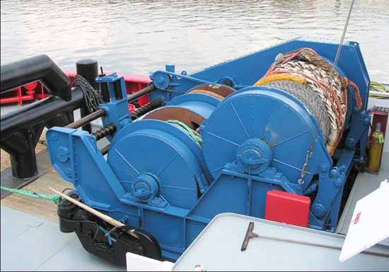Electric and hydraulic deck winch